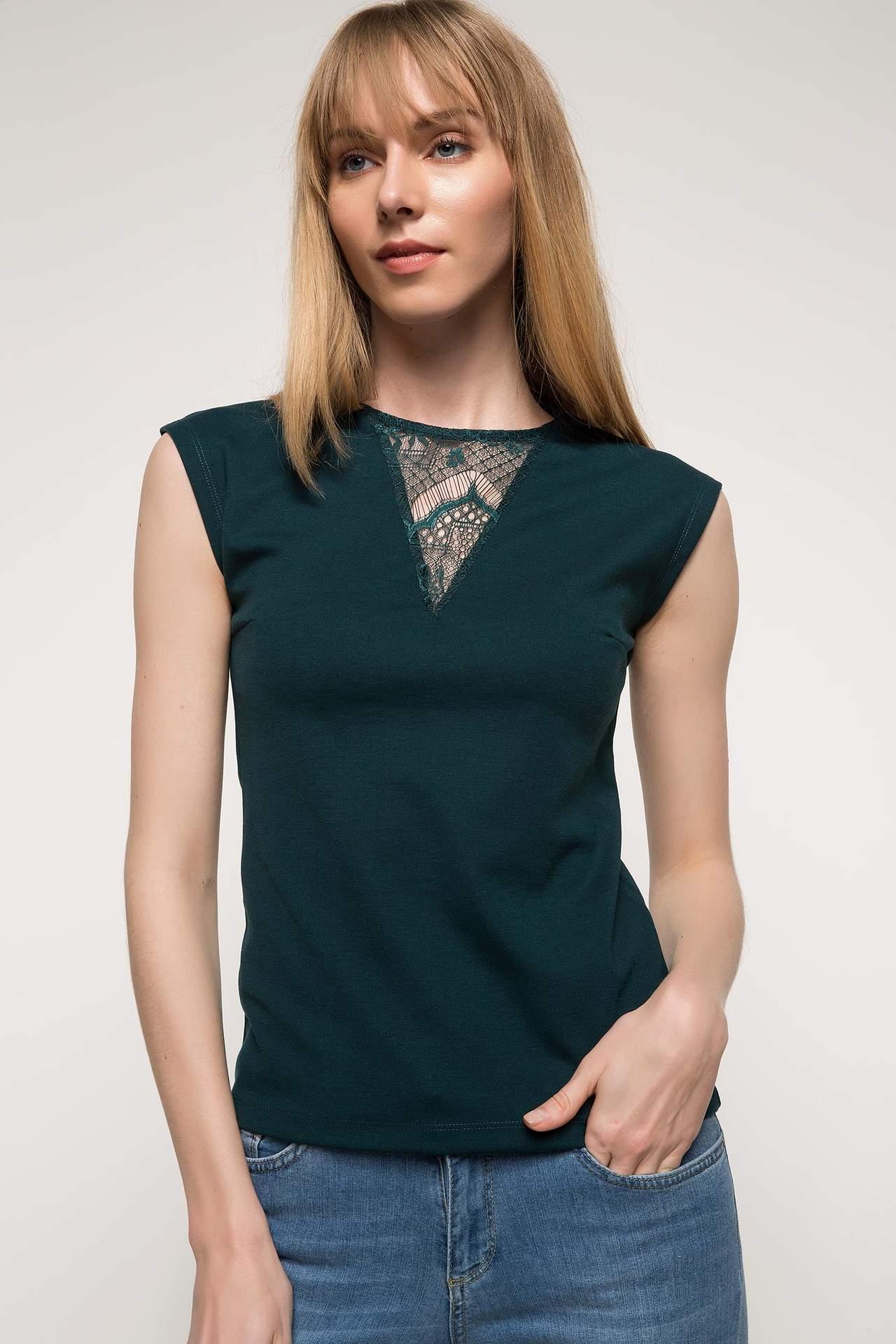 DeFacto Kadın Yakası Dantel Detaylı Kolsuz Bluz Yeşil female