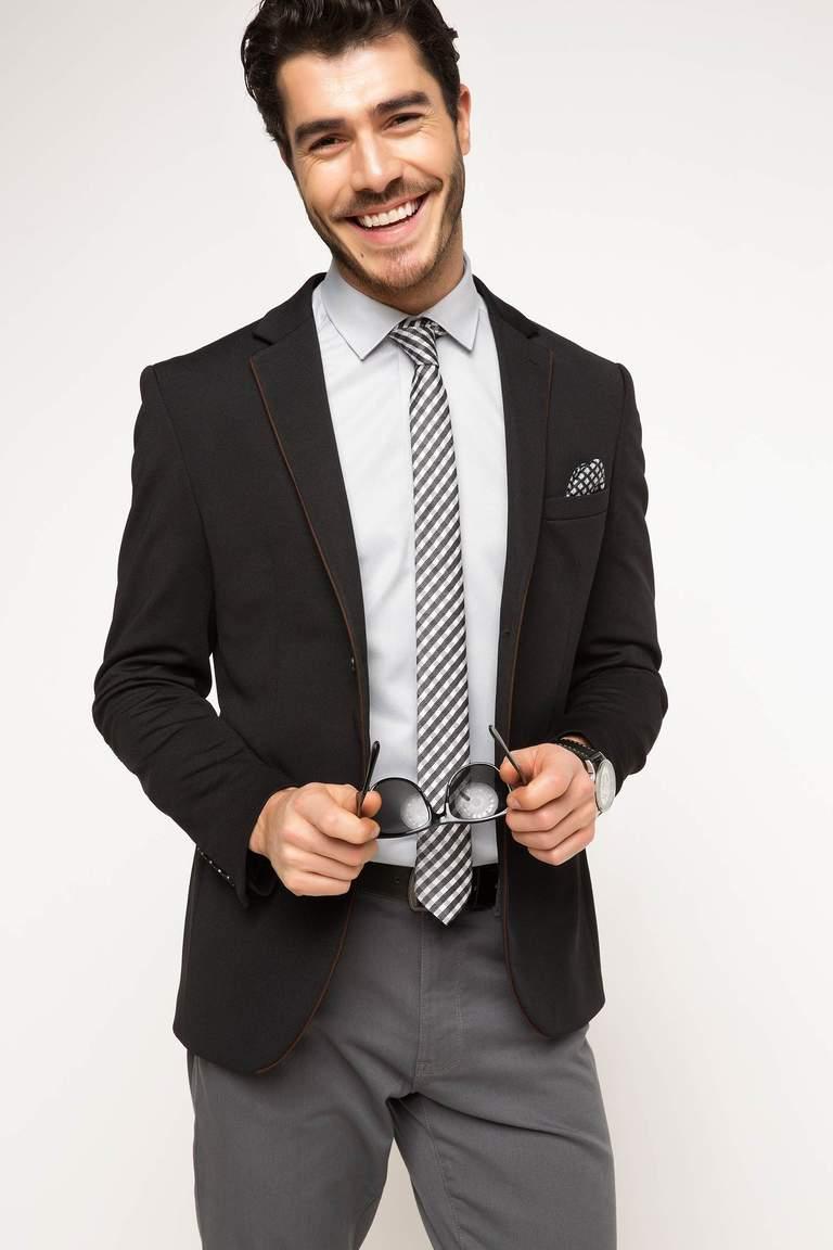 Yılın her mevsimi kullanılabilen, uzun ya da kısa, üzerinize oturan ya da biraz daha bol gelen blazer ceket, elbise, etek ve bluz ile kullanılabilir. Gömlek veya kazakla birlikte kullanılabilen erkek blazer ceket çeşitleri her zaman için yerinde bir seçenek!